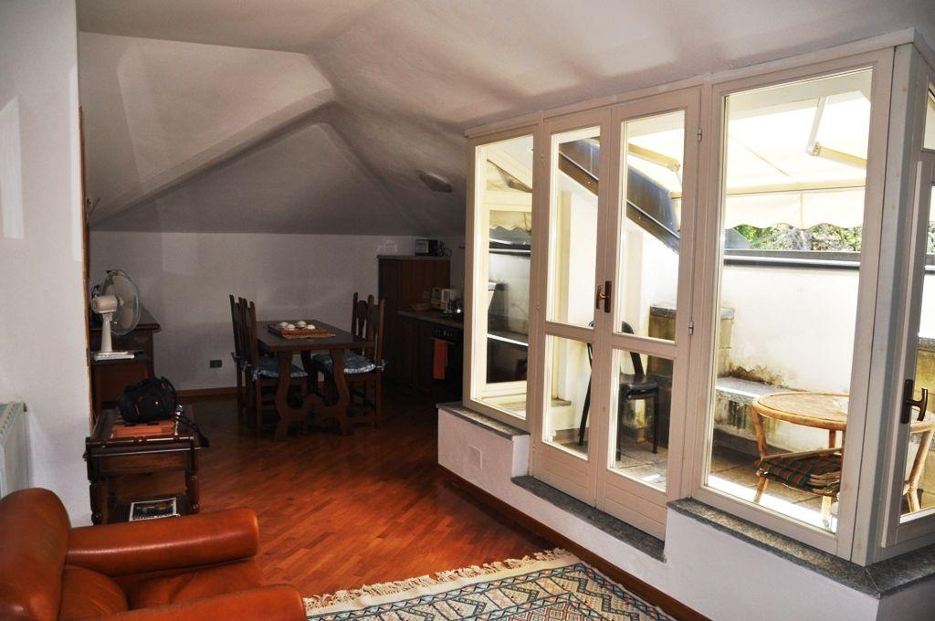 Appartamento in villa d'epoca posto al secondo ed ultimo  piano, vicinanze campo da Golf  in Stresa collinare località Vezzo