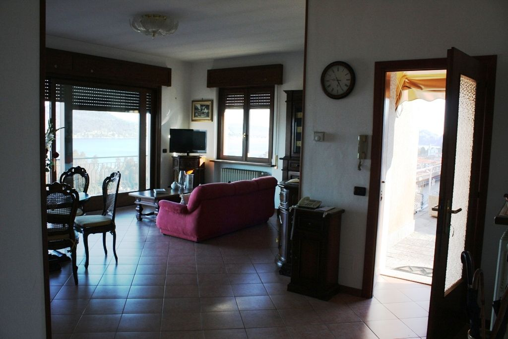 Villa Indipendente con vista mozzafiato sul lago, giardino e garage in Meina