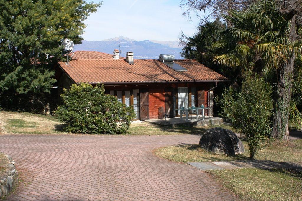 Baveno. Villetta di circa  80 mq, con piccolo giardino inserita in contesto con parco