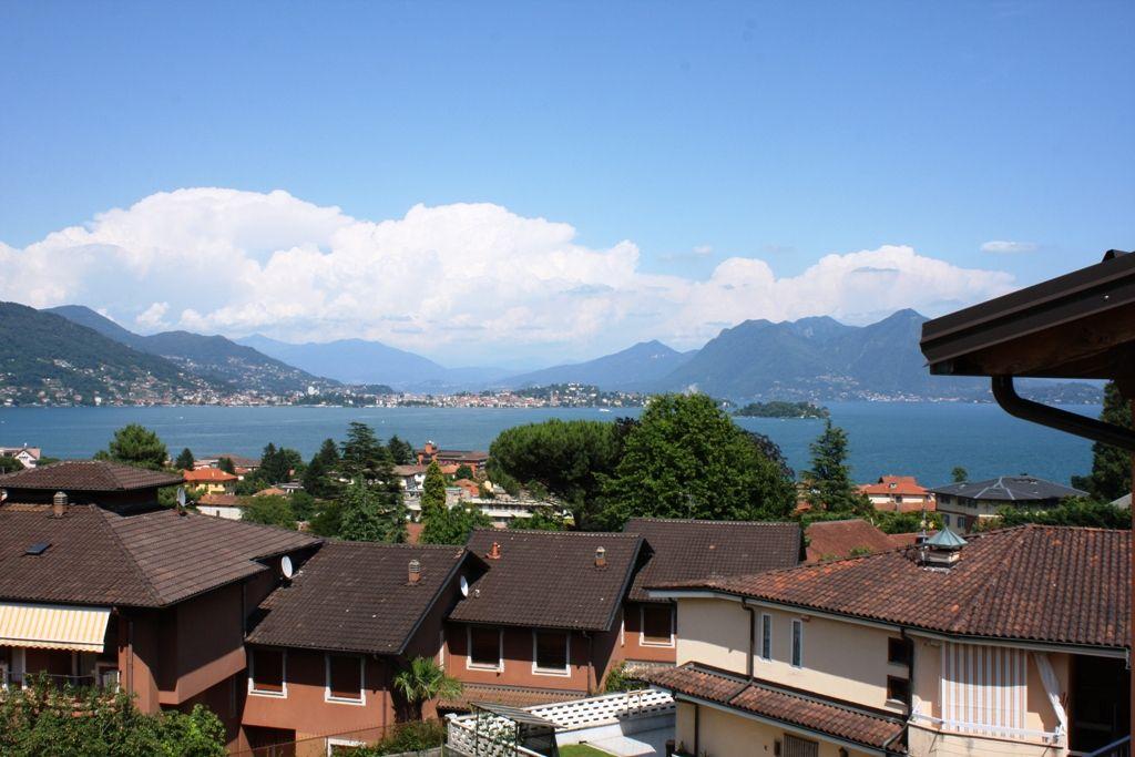 Appartamento al terzo ed ultimo piano con vista panoramica sul lago, in palazzina di soli 6 appartamenti, con cantina, piccolo giardino e posto auto condominiale a Baveno