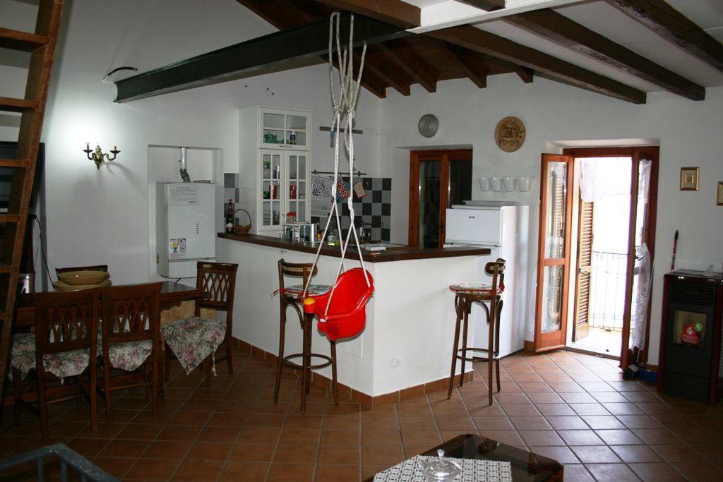 Appartamento posto su due livelli con ingresso indipendente e garage in Baveno Fraz. Romanico