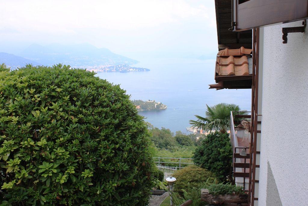 Villa indipendente con spettacolare vista  sul golfo Borromeo e le sue Isole, in  posizione esclusiva e tranquilla a soli 3 km. dal centro di Stresa denominata la perla del Lago Maggiore