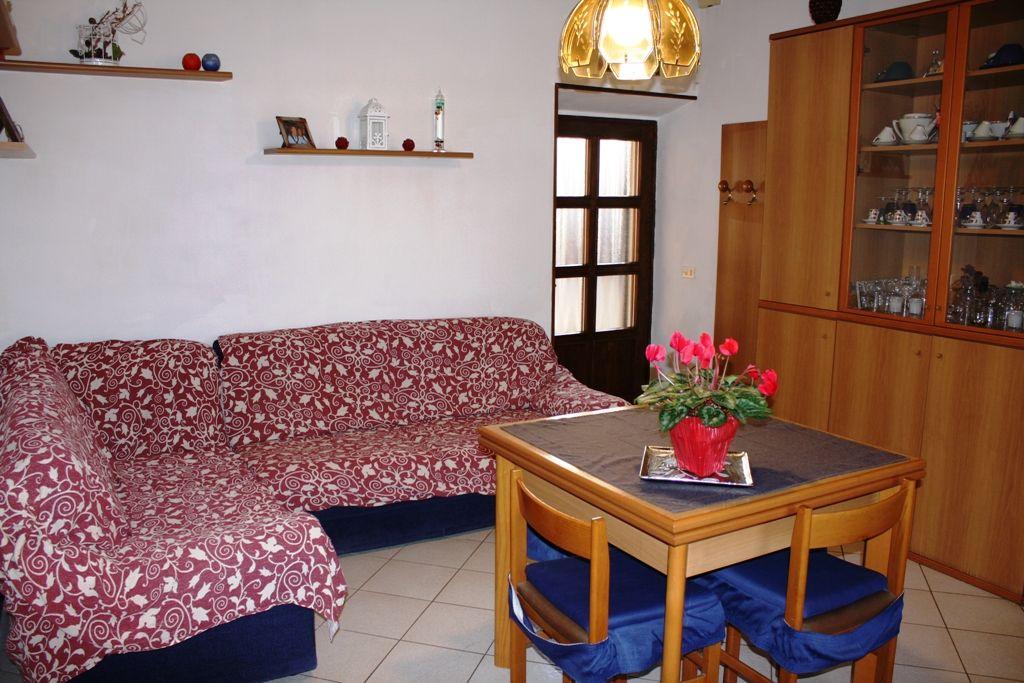 Villetta in zona privilegiata, molto soleggiata, vicinanze  servizi con garage e giardino privato ad Arona Mercurago