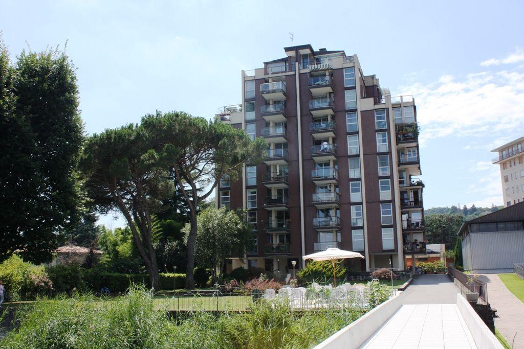 Arona Vicinanze. Appartamento trilocale con terrazzo fronte Lago  in residenza con piscina