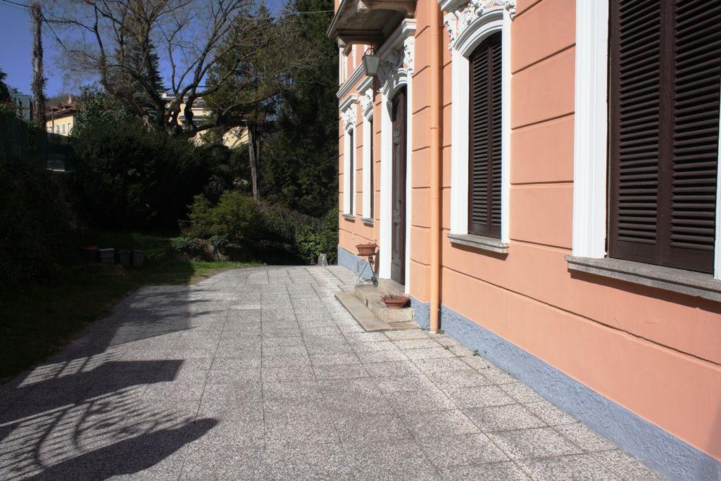 Stresa, villa d'epoca risalente alla fine '800 in zona soleggiata  con stupenda  vista lago ed Isole , posta su più livelli , immersa in parco secolare