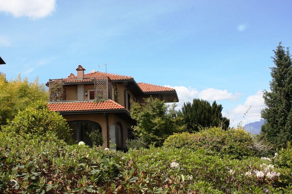 Villa signorile  immersa nel verde con fantastica vista lago ed Isole Borromee sulle prime alture di Stresa la perla del Lago Maggiore