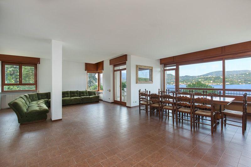 Villa unifamiliare con spettacolare vista lago, terreno mq. 3.000 oltre a quota di spiaggia a lago a Pella sul Lago D'Orta