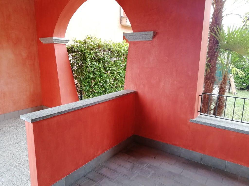 Appartamento trilocale al piano terra con giardino e garage a Baveno, in contesto residenziale di recente costruzione