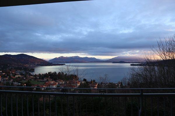 Arona villa vista lago 600mq con piscina