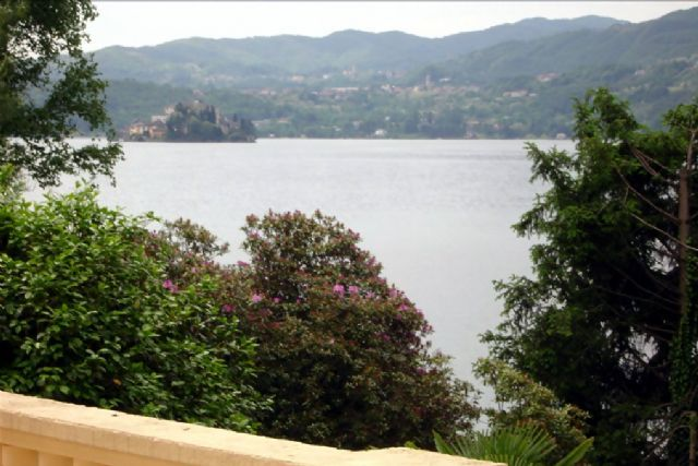 Lago d'Orta imponente Villa  fronte lago di 470 mq recentemente ristrutturata con parco circostante