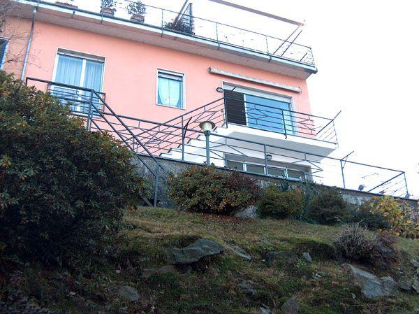 Stresa appartamento trilocale vista lago con sottostante ulteriori ampi locali uso hobby con grande terrazzo e giardino